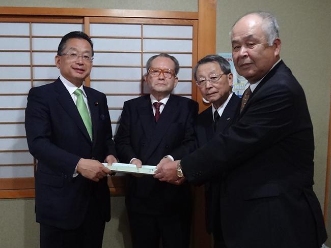 山本有二自民党ITS推進・道路調査会長に対して陳情を行った様子