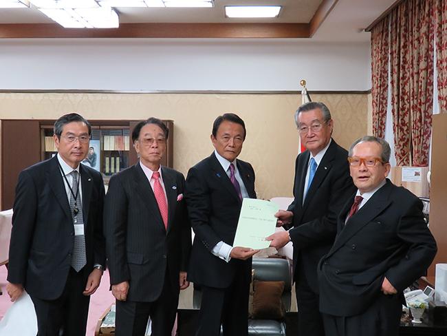 麻生太郎副総理・財務大臣への陳情の様子