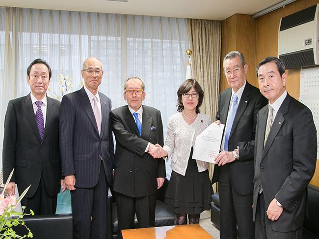 稲田朋美自民党政務調査会長に対して陳情を行いました