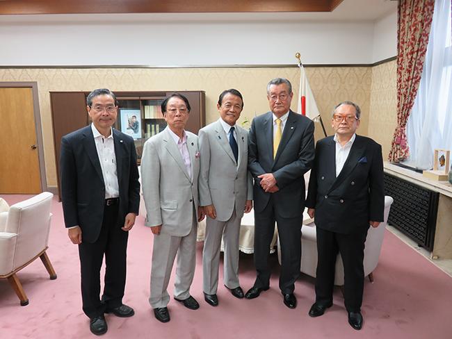 麻生太郎財務大臣に対して陳情を行った