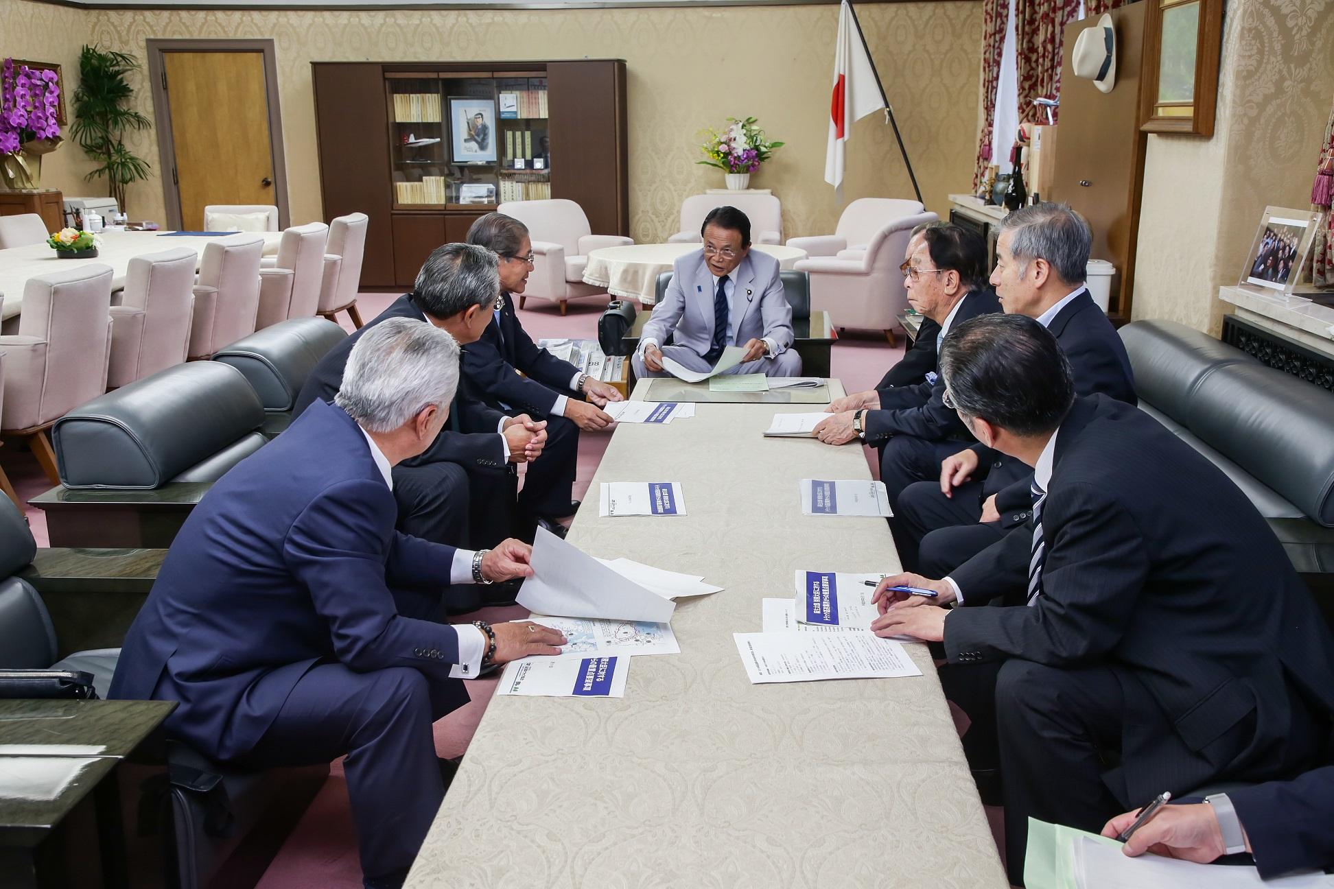 麻生太郎財務大臣に対して、平成30年度税制改正・予算に関する要望の様子
